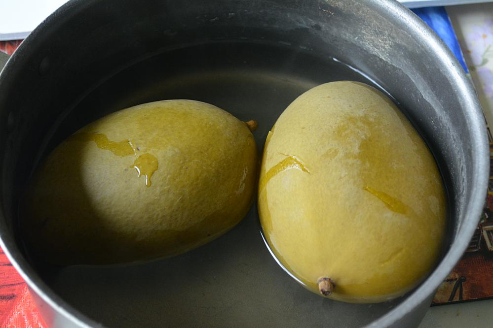 Cook Aam Jhora on stovetop