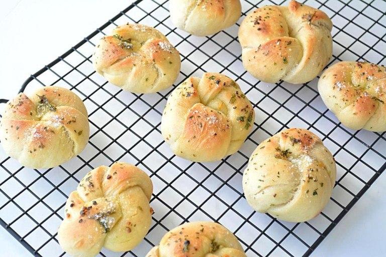 Easy Garlic Knots Recipe - Ruchiskitchen