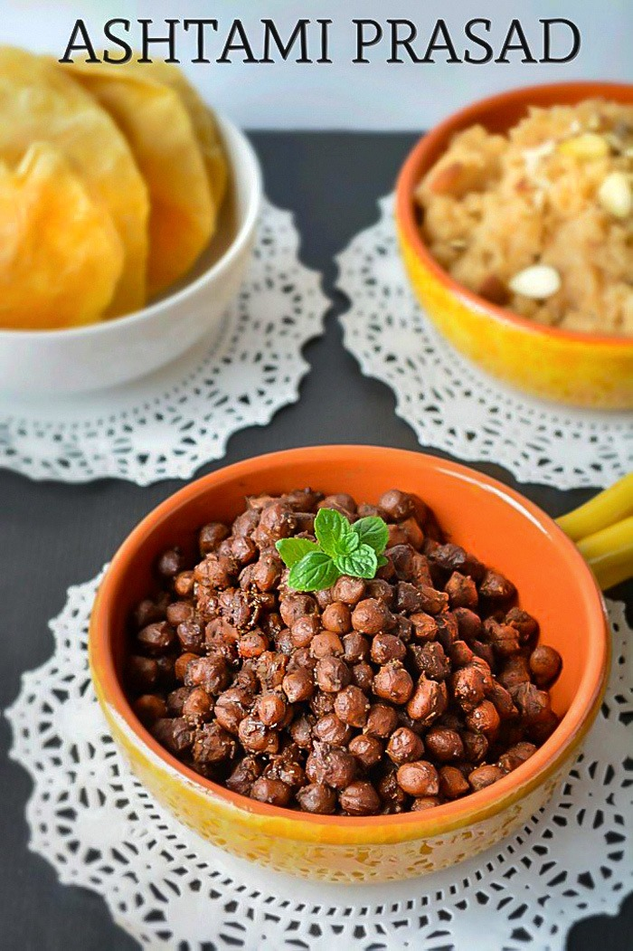 Kala chana in a bowl with pooris