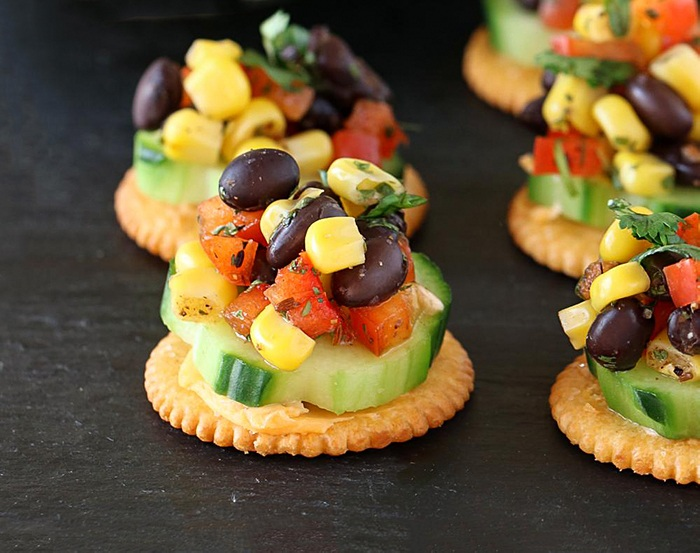 Crackers topped with salsa