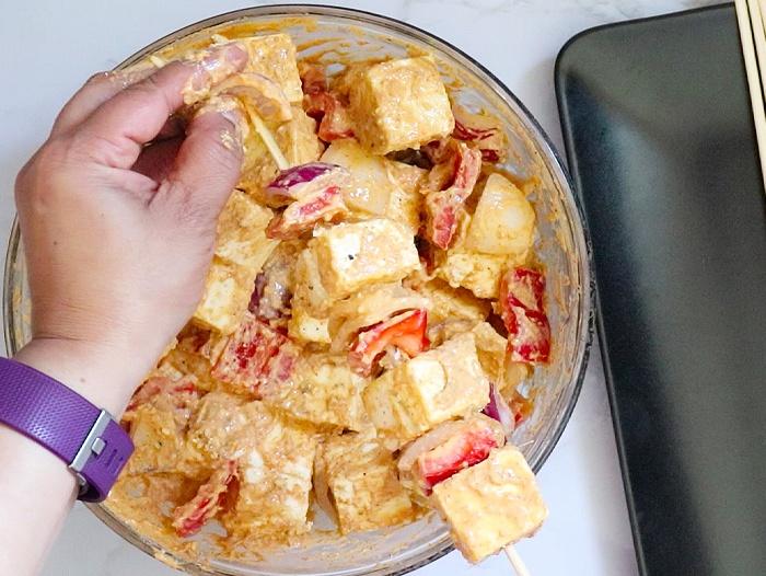 Add paneer and veggies to skewers